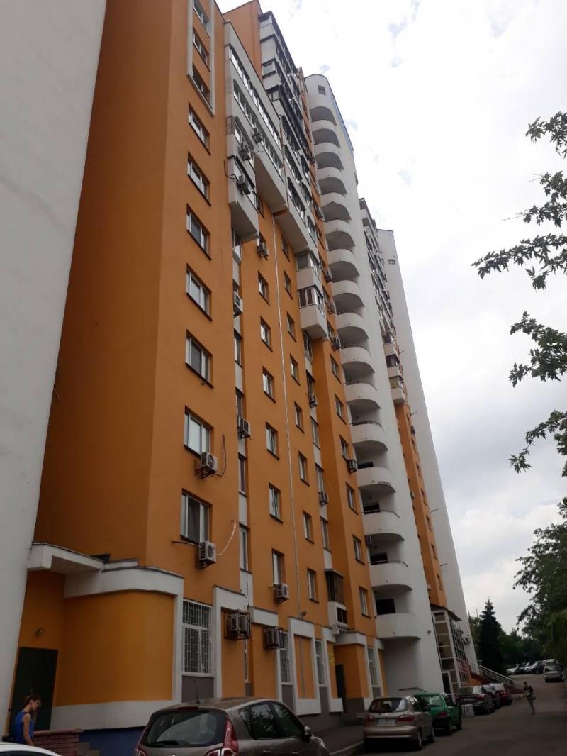 Продам собственную трехкомнатную квартиру офис в новострое Киева. Без посредни